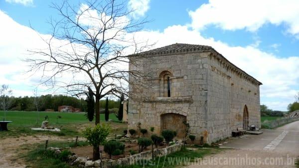 O Albergue San Nicolás, solitário na beira da estrada, perto da ponte que separa as províncias de Burgos e de Palência