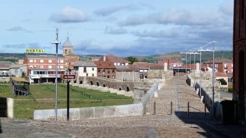 Foto da ponte de pedra que separa Puente de Órbigo e Hospital de Órbigo